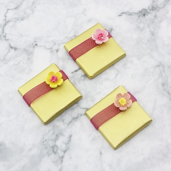 48 Adet Çiçek Dekorlu Altın Renk Madlen Çikolata